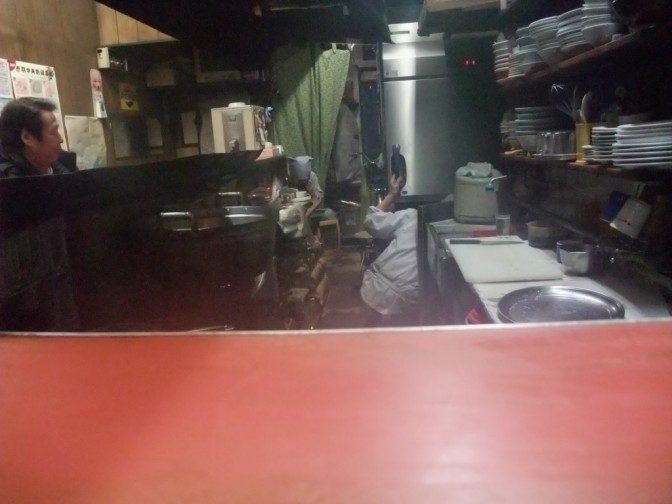 カウンターから厨房を覗く