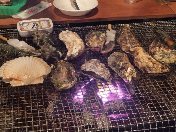 牡蠣を炭火であぶる
