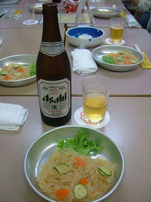 アルマイトの食器とビール瓶がなんともミスマッチ