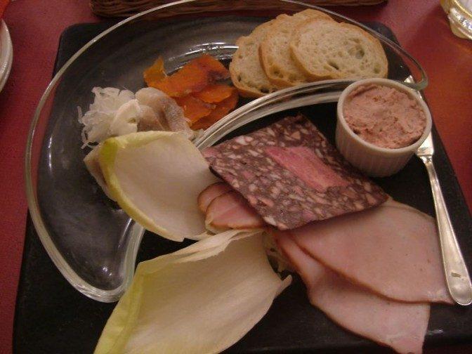 オクトーバープレートというドイツ料理盛り合わせ