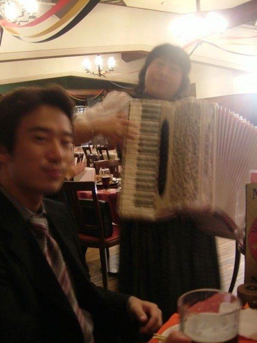 テーブル毎に演奏家がやってきて目の前で弾いてくれる