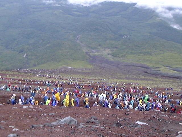 つづら折れの富士山下山路