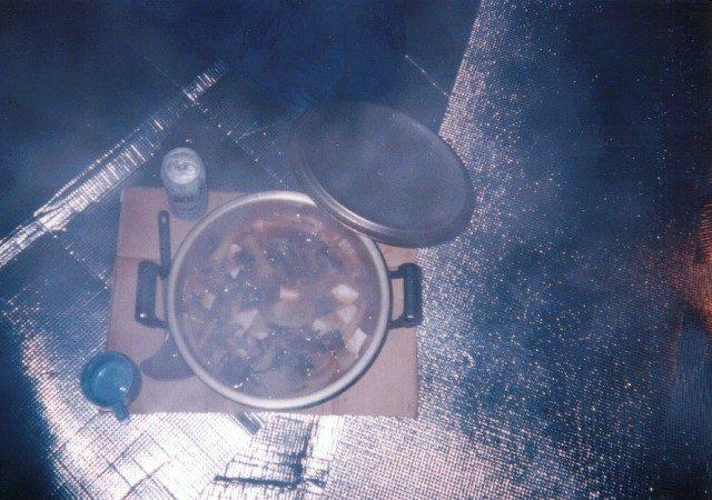 テントの中で鍋