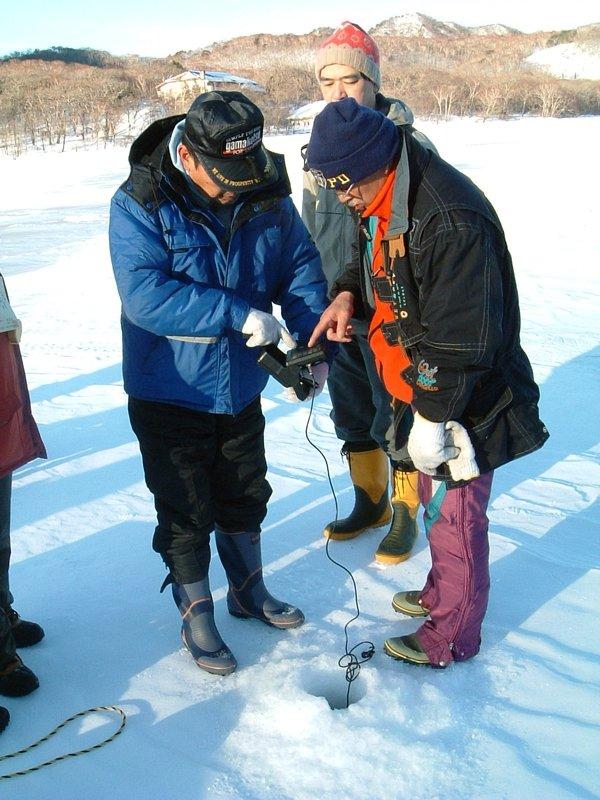 魚群探知機で魚を探す