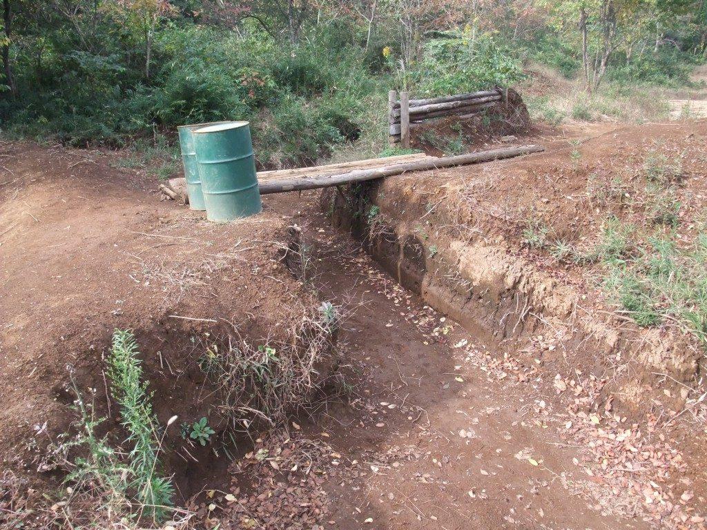 塹壕と丸太橋