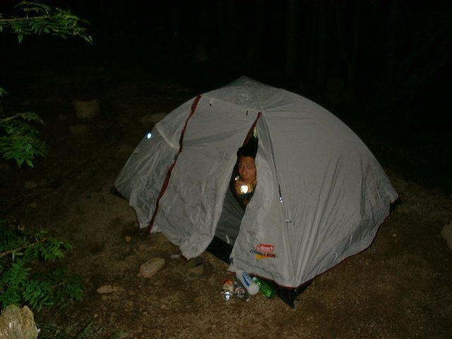 テントを見下ろす