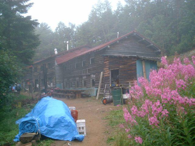 朝靄の中の甲武信小屋