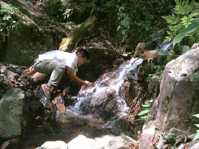 下山途中に水を汲む