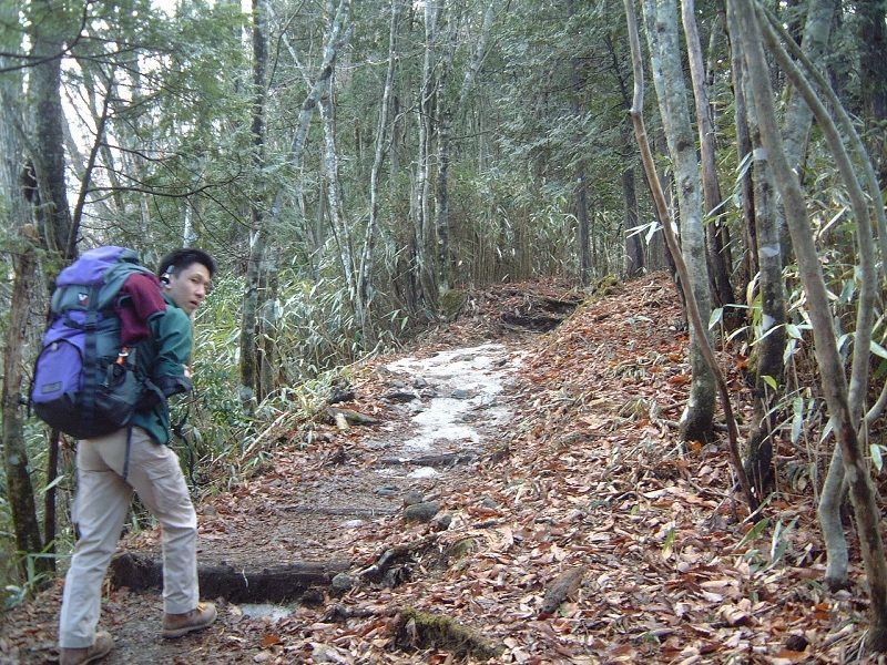 まだ残雪がある登山道