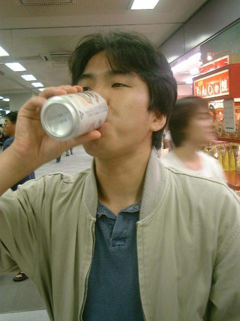 朝からビールを飲む