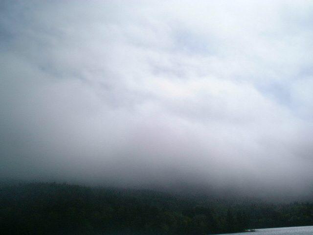 オンネトー湖畔から雌阿寒岳を仰ぎ見る