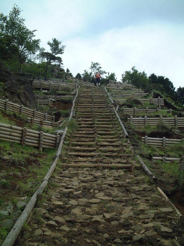 ピラミッドにでも登るかのような階段