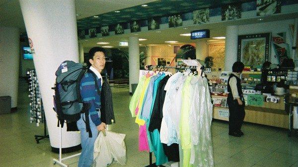扇沢駅ではポンチョが売られている