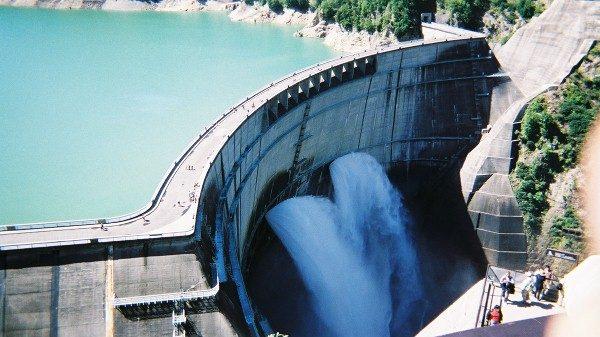 黒部ダムを上から見下ろす