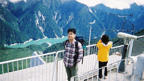 大観峰から黒部湖を見下ろす