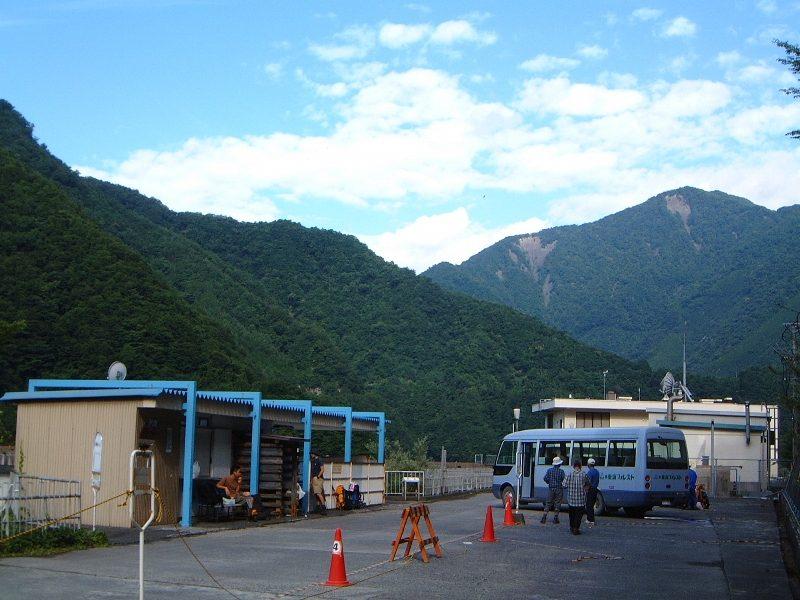 ダム湖畔のバス乗り場