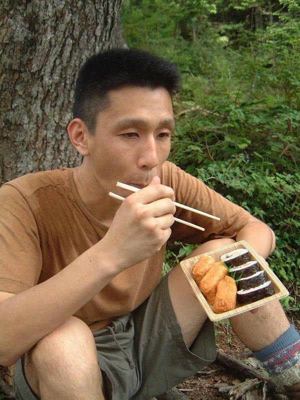 助六寿司を食べる兄貴