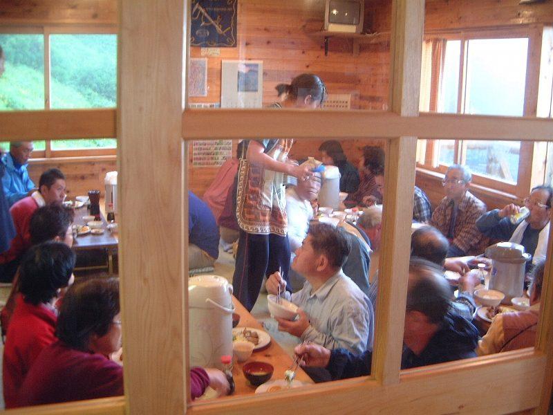 夕食を早々に食べる登山客