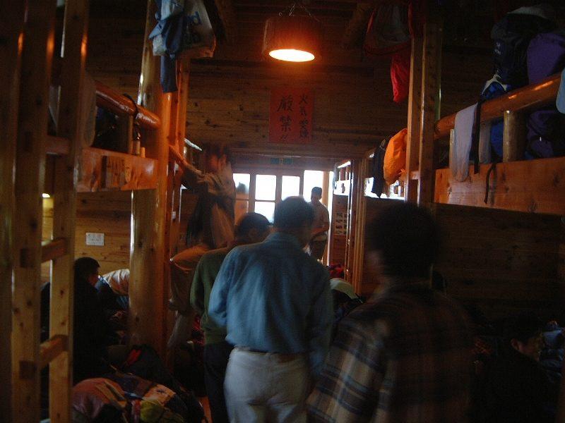 難民船状態の小屋内部
