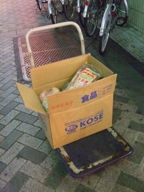 台車で運び込まれる食材