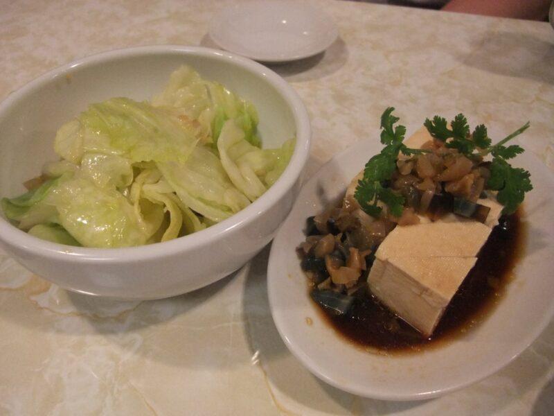 ゆでキャベツとピータン豆腐