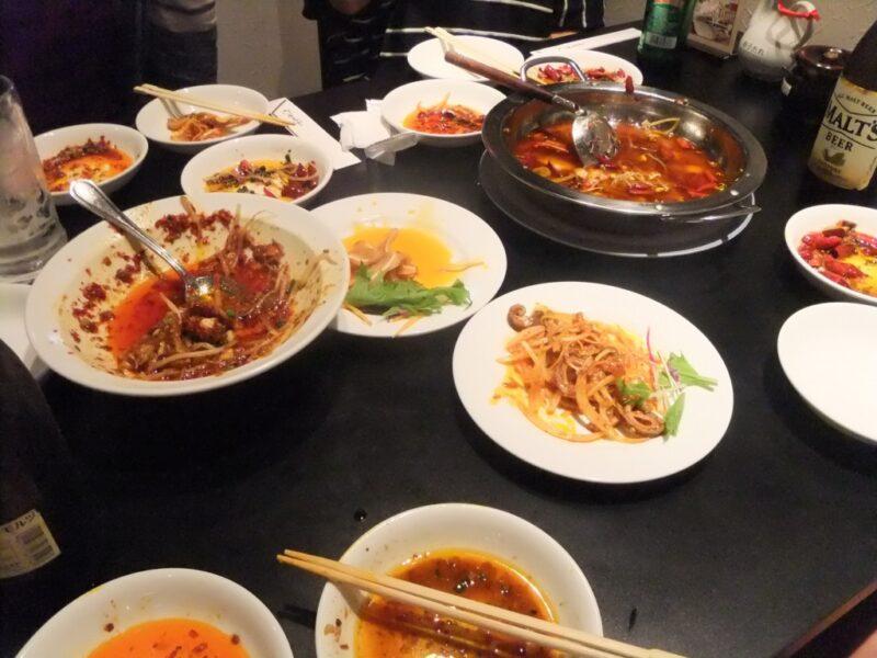 真っ赤な料理に支配されたテーブル