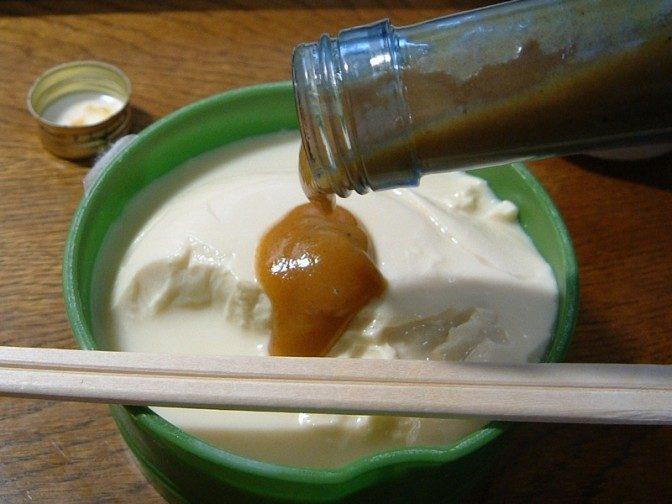 豆腐にますゐソースをかける