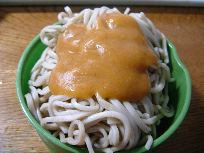 流水麺にソースをかける、うわー。