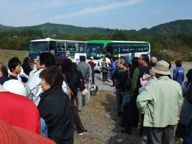 シャトルバスに群がる人