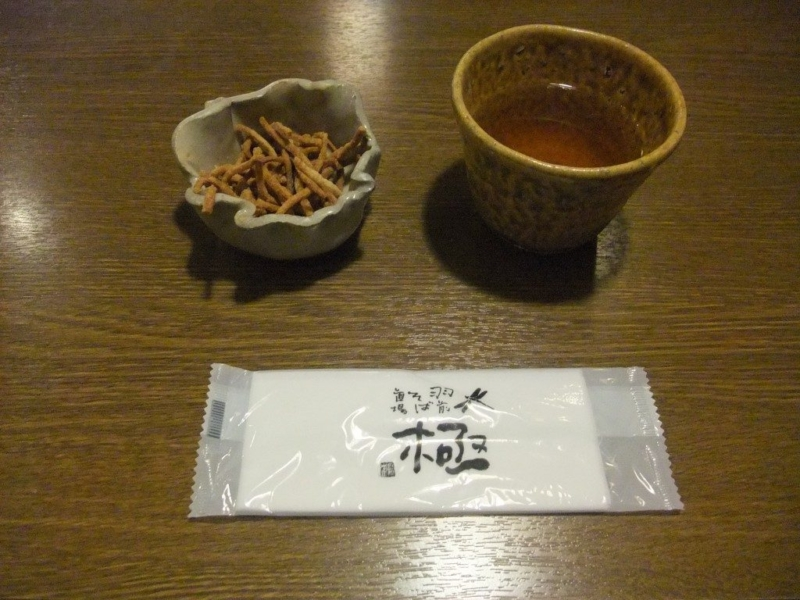 揚げ蕎麦とお茶