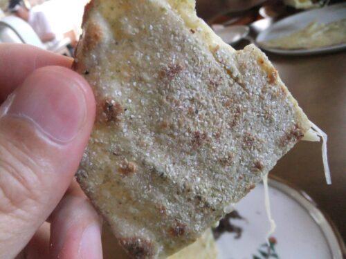 粗い蕎麦粉が蕎麦生地にまぶしてある