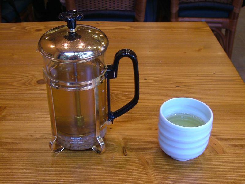 蕎麦茶はフレンチプレスで提供
