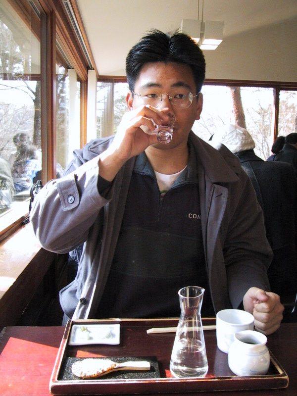 おそるおそる日本酒を飲むおかでん