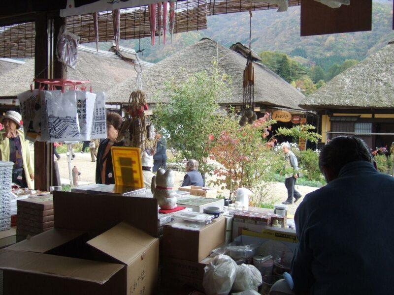 土産物売り場になっている縁側のすぐ内側の席