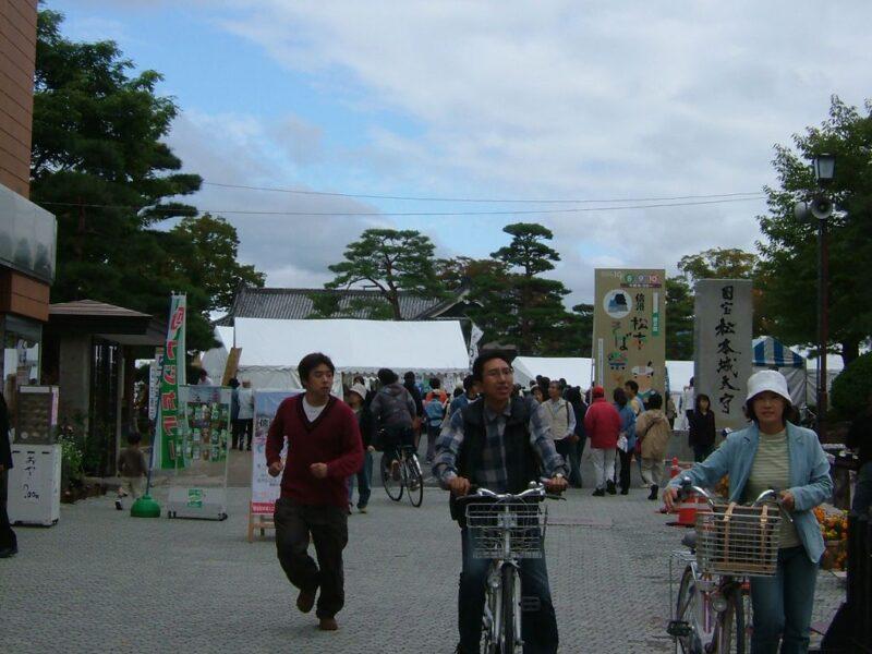 松本城に向かう