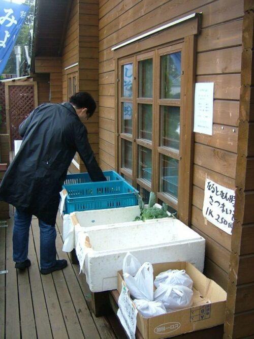 お店の前で野菜を売っていた