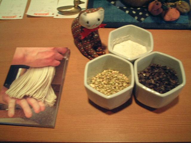 蕎麦の実が並ぶ