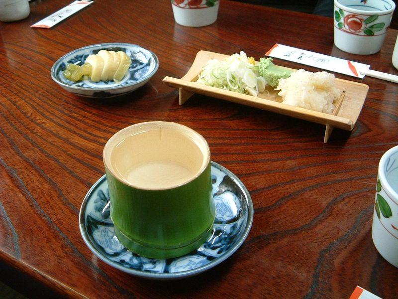 竹の器でお酒を楽しむ