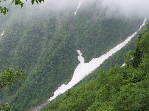 雪渓が見える