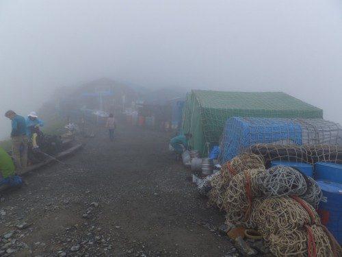 霧の中から肩の小屋が見えてきた