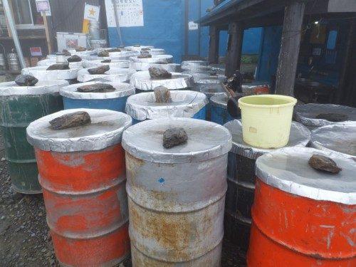 小屋の前に並ぶドラム缶