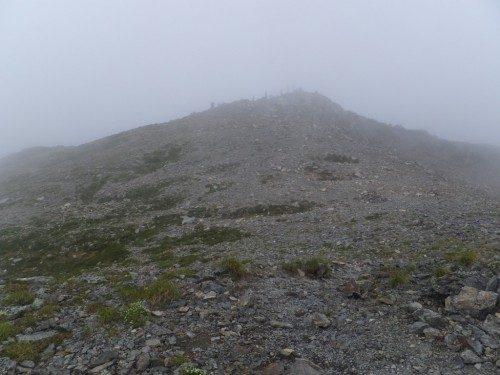 間ノ岳山頂を振り返る