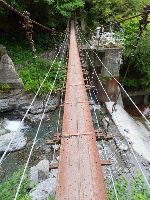 つり橋が揺れる揺れる