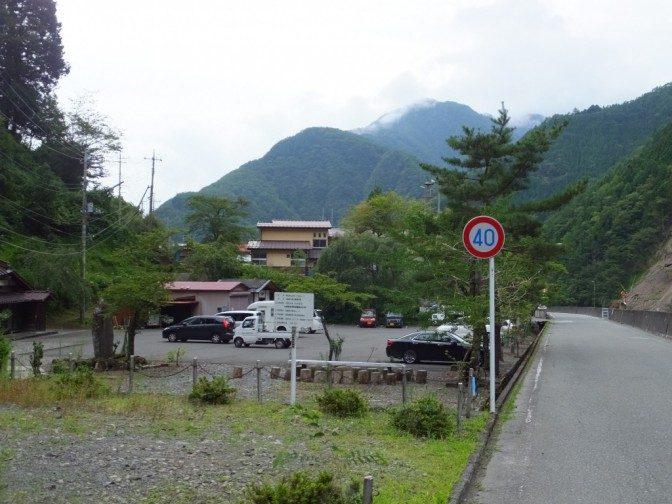 奈良田の集落と駐車場