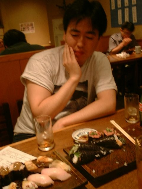 食べ疲れしているサイトウ青年