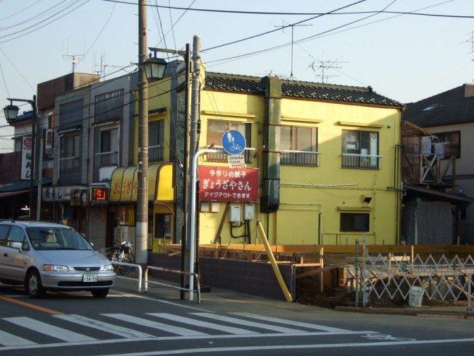 黄色い壁が目立つ店の外観