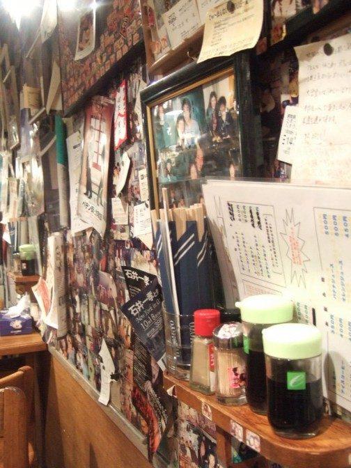 壁にはぎっしりと隙間無く写真などが貼ってある