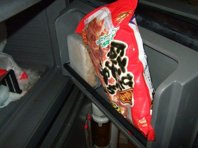 冷凍庫を開ける