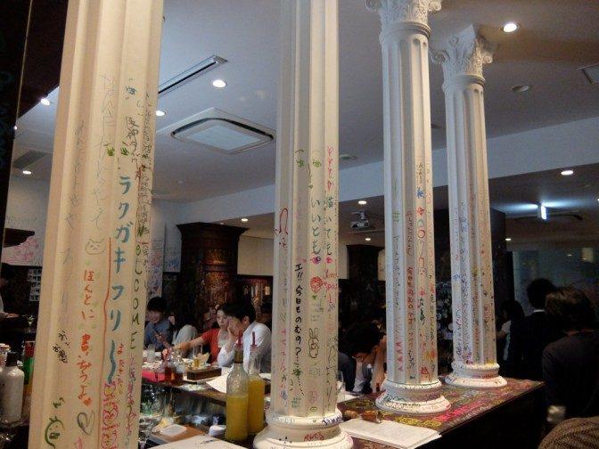 白い柱も落書き