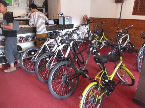 自転車が並ぶ